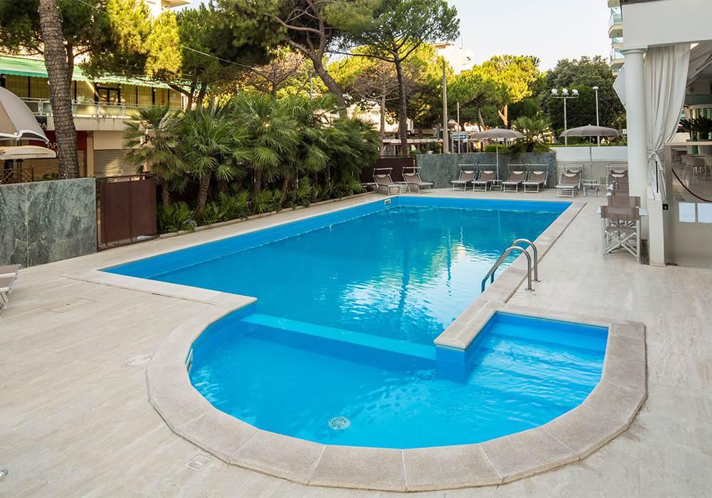 piscina hotel continental rimini